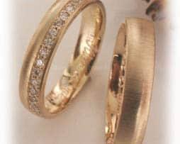 IM340 hochzeitsringe gelbgold gehaemmert mit halbkranz diamanten1