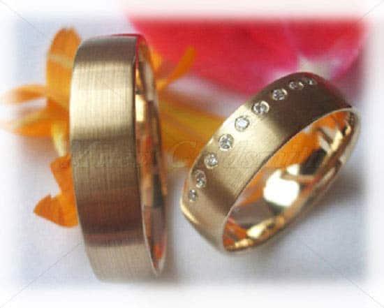 Eheringe gold mit 5 diamanten  Trauringe/Eheringe IM221, Gelbgold mit 5 Diamanten längsmatt ...