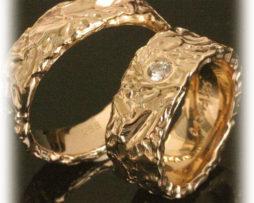 TrauringeEheringe IM213, 1 Diamant 0,10ct, Gelbgold ausgefallen gehämmert