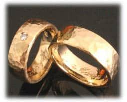 IM359 gehaemmerte ausgefallene eheringe aus gelbgold mit diamant