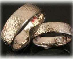 Trauringe Eheringe IM389 klassisch aus Weißgold oder Platin, gehaemmert