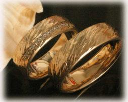 im257-trauringe-eheringe-aus-gelbgold-750-mit-015ct-diamanten-gehaemmert