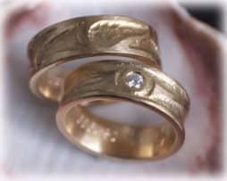 im325-trauringe-eheringe-gehaemmert-und-ausgefallen-gelbgold-mit-diamant-010ct