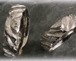 IM101 Augefallene Eheringe gehämmert aus Weißgold oder Platin mit Diamanten