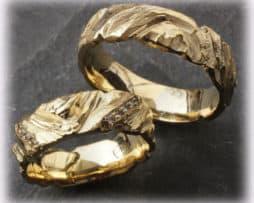 IM110 Trauringe Eheringe mit 0,15ct. Diamanten, gehämmert aus Gelbgold 750