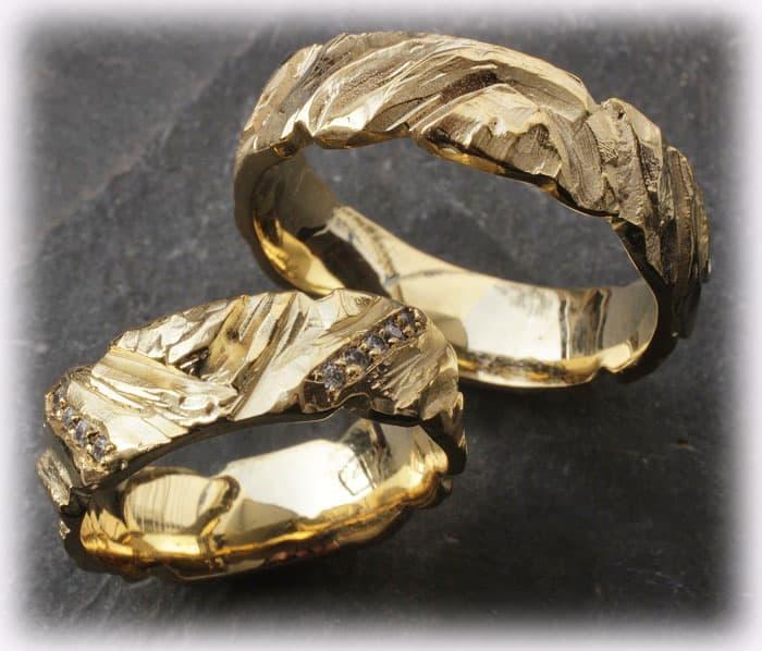 trauringe eheringe im110 mit 0 15ct diamanten geh mmert gelbgold 750. Black Bedroom Furniture Sets. Home Design Ideas
