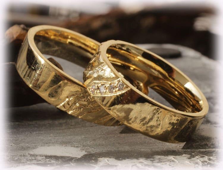 trauringe eheringe im112 mit diamanten gelbgold 585 geh mmert poliert. Black Bedroom Furniture Sets. Home Design Ideas